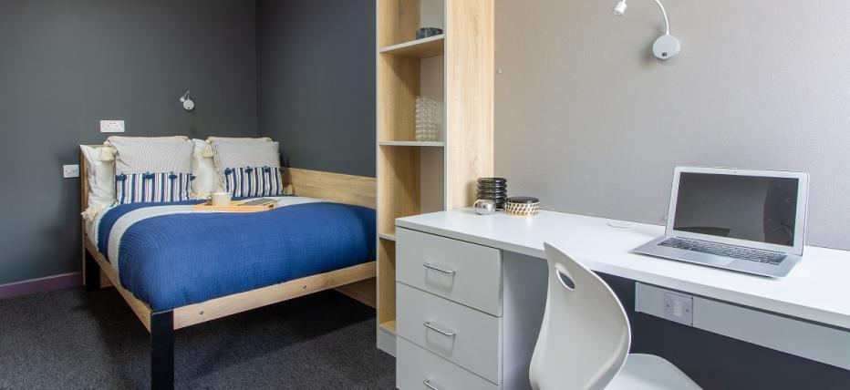 Classic En-Suite - Bed, desk area and chair