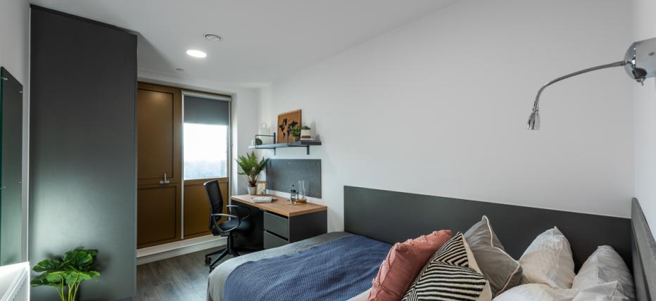 Bedroom & desk area