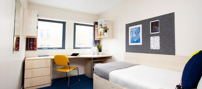 Classic en-Suite - Bed with desk and chair
