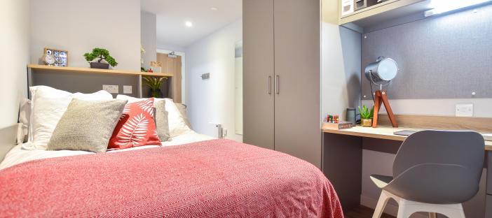 6 bed bronze en suite bed and study desk